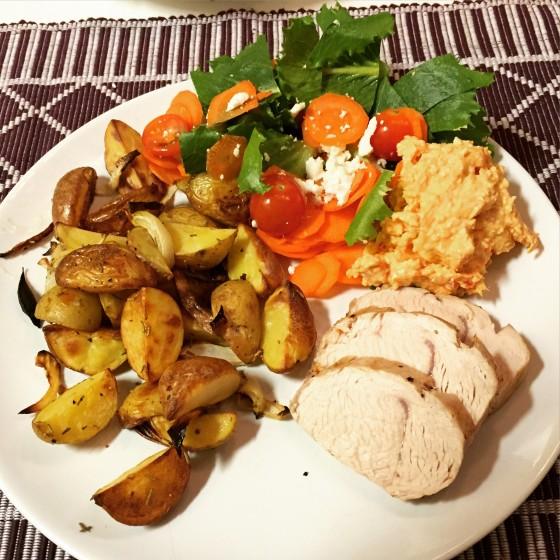 Ugnsbakad kalkonfilé med rostad potatis/lök och fetaost/soltorkad tomatröra